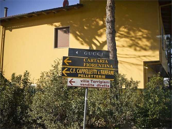 Xưởng sản xuất của thương hiệu này là nơi không phải ai cũng có thể vào được. Nhà máy sản xuất của Gucci đặt ở một thị trấn nhỏ có tên Cassellina gần Florence, Italy. Nơi đây quy tập hàng nghìn các vật liệu làm túi xách khác nhau như da cá sấu, da trăn...