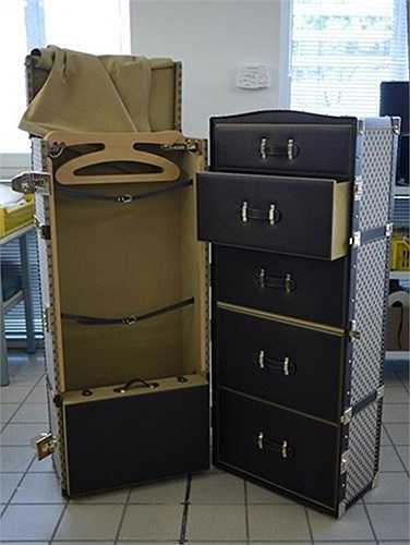 Chiếc tủ đựng quần áo này được chế tác bằng tay tại nhà máy của Gucci. Để hoàn thành chiếc tủ, 2 người thợ tài hoa đã mất tới 1 tháng.