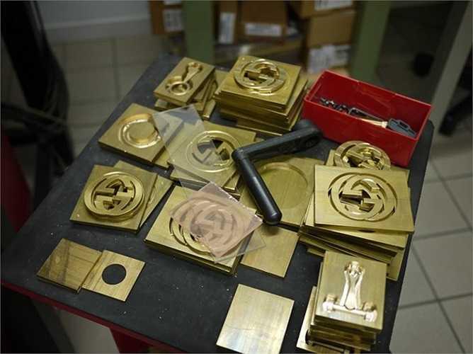 Những chiếc khóa và móc gài cho túi xách thương hiệu Gucci.