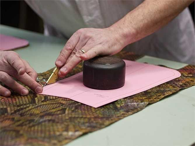 Một thợ thủ công làm việc tại nhà máy của Gucci ở Italy.