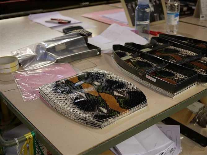 Các tấm da rắn được cắt và đóng gói cẩn thận.