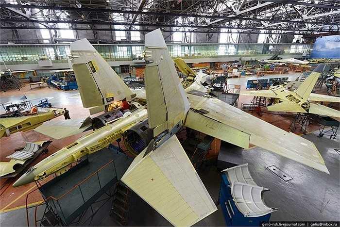 Bên trong xưởng sản xuất máy bay chiến đấu Su-30 của Nga