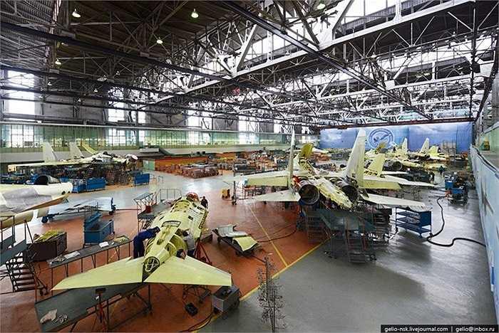 Hàng loạt máy bay chiến đấu đang được lắp ráp