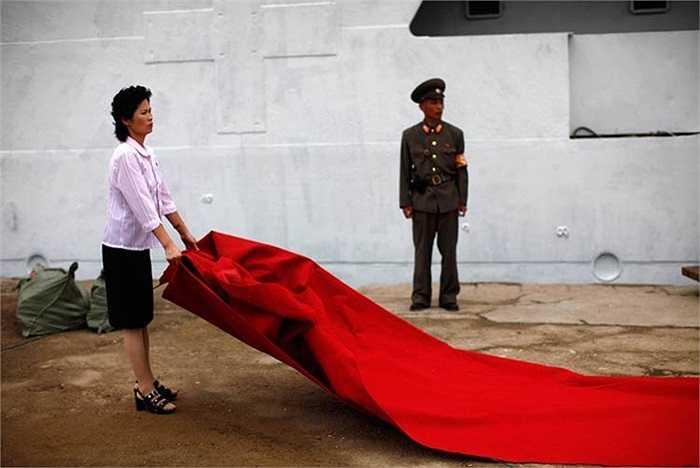 Nhân viên chuẩn bị công tác khai trương tàu du lịch Triều Tiên mới tên Mangyongbyong với 130 du khách khởi hành từ khu Rason đến khu nghỉ mát núi Kumgang