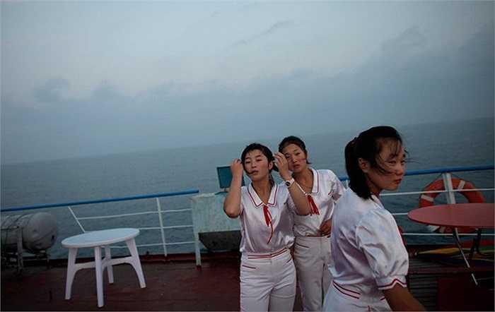 Các nữ nhân viên trên tàu du lịch Triều Tiên