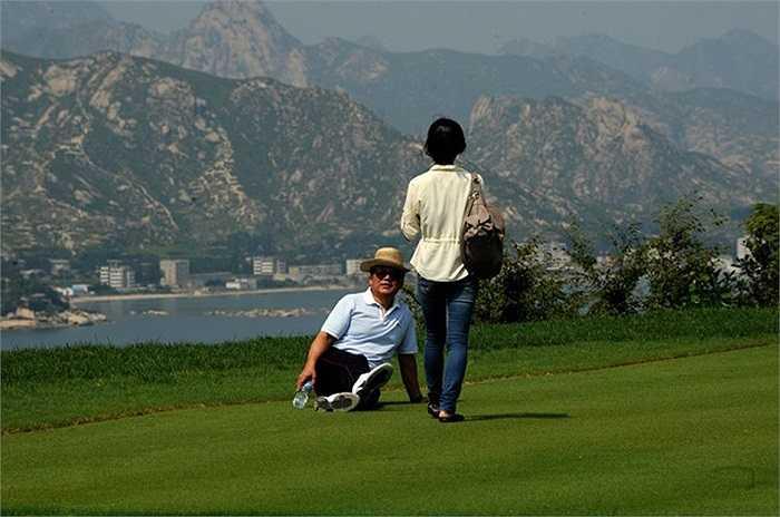 Khách du lịch Trung Quốc tại sân Golf của khu nghỉ mát núi Kumgang, Triều Tiên