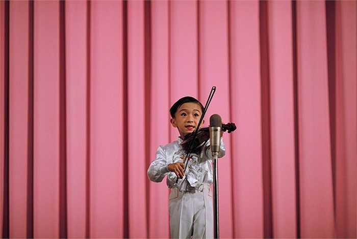 Một cậu bé biểu diễn Violin