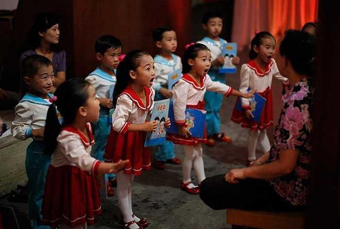 Màn biểu diễn tập duyệt của các em nhỏ Triều Tiên