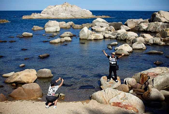 Du khách chụp ảnh ở khu nghỉ mát núi Kumgang
