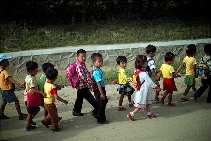 Các em học sinh ở vùng nông thôn Triều Tiên