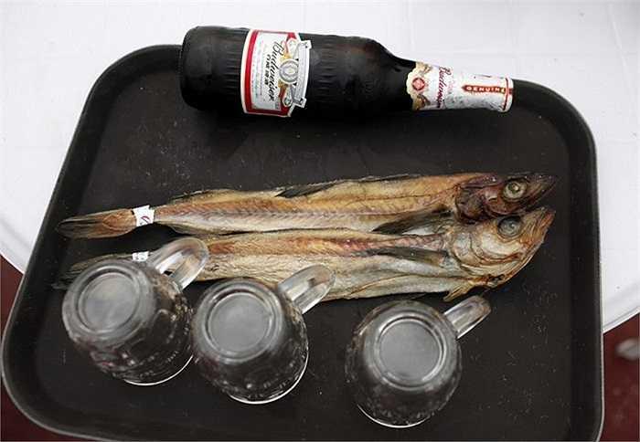 Bia và cá muối được phục vụ trên tàu du lịch Triều Tiên