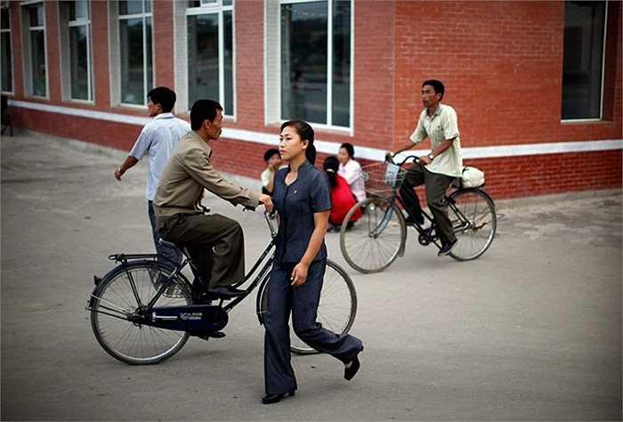 Người đi xe đạp và người đi bộ trên đường phố ở Triều Tiên