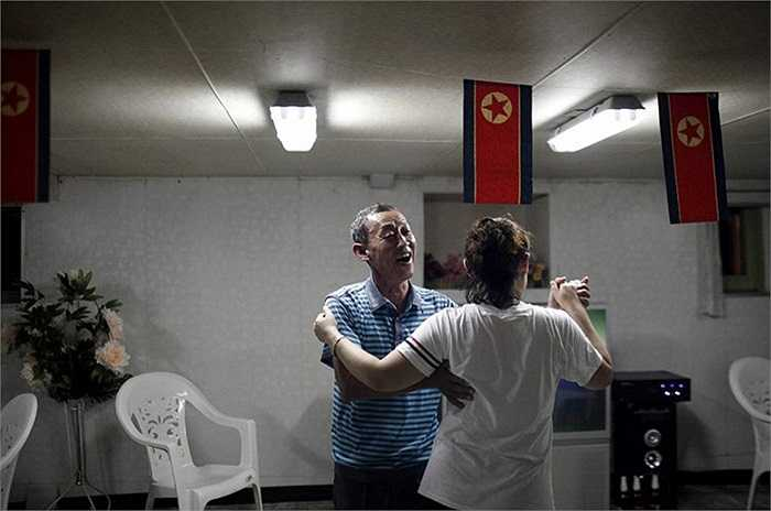 Du khách Trung Quốc khiêu vũ trên tàu du lịch ở Triều Tiên