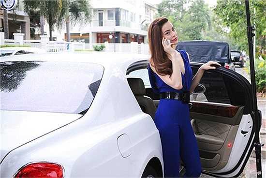 Người đẹp còn đưa chiếc xe này vào trong những hình ảnh quảng cáo cho một sản phẩm.