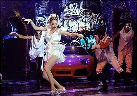 Còn nhớ người đẹp từng làm náo động sân khấu 'Đêm hội chân dài 6′ bằng màn xuất hiện từ chiếc Lamborghini tiền tỷ màu vàng.