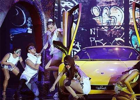 Chiếc xe đã trở thành điểm nhấn trên sân khấu, hỗ trợ đắc lực phần nhìn cho tiết mục của Hồ Ngọc Hà.