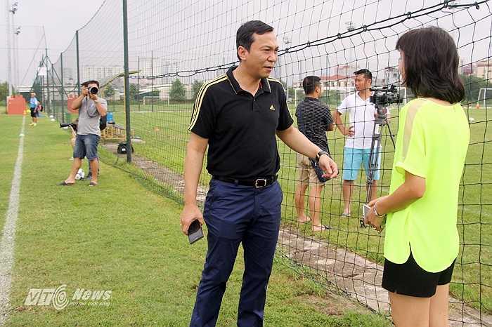 Ngọc Trâm bất ngờ xuất hiện trên sân tập của ĐT Việt Nam và ĐT U23 Việt Nam. Trong ảnh, cô trò chuyện cùng Phó chủ tịch VFF Trần Quốc Tuấn.