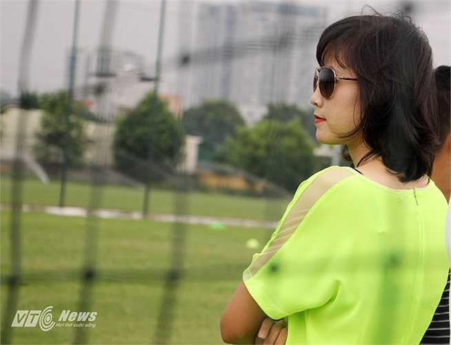 Rất nhiều người ngạc nhiên và không biết, cựu tiền đạo của ĐT nữ Việt Nam trong bộ cánh rực rỡ và xinh đẹp, tới sân để làm gì.