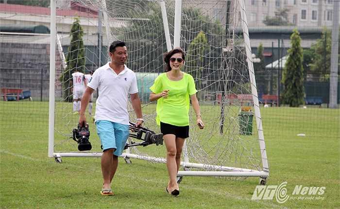 Với khuôn mặt xinh sẵn, và kinh nghiệm thực tế của một nữ tuyển thủ từng giành Quả bóng Vàng Việt Nam, công việc mới của Ngọc Trâm xem ra rất phù hợp.
