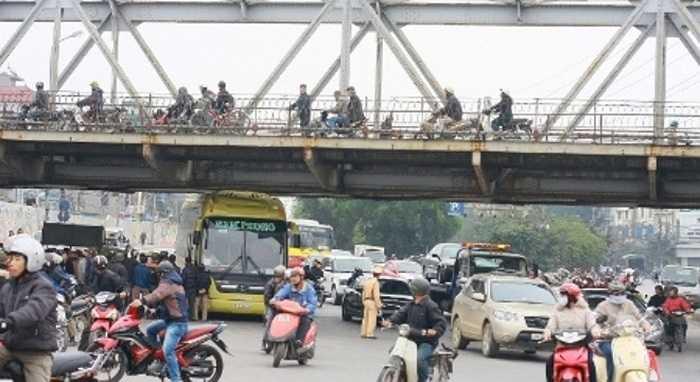 Gầm cầu Long Biên phía Hà Nội có độ cao tĩnh không khá thấp, nhiều xe bus và container từng bị mắc kẹt tại đây. Trong hình là xe khách giường nằm bị kẹt vào sáng ngày 26/02/2012, làm chiếc xe bẹp nóc, hỏng điều hòa.