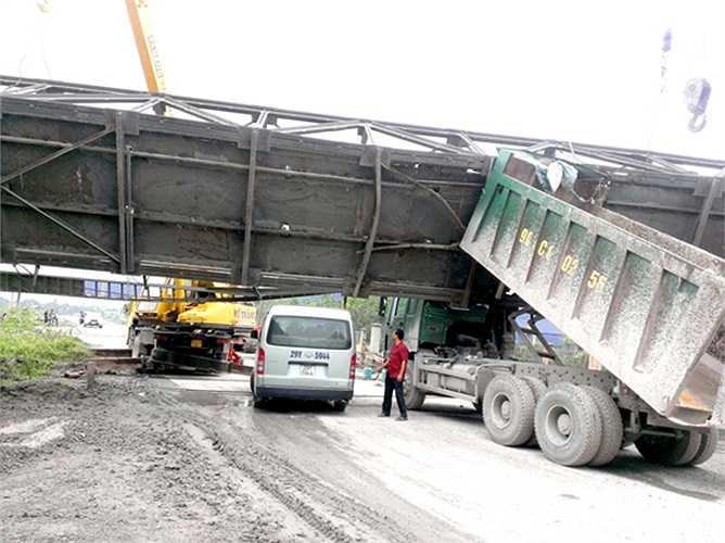 Ngày 13/06/2014, do quên hạ ben, một chiếc xe tải bị mắc kẹt dưới gầm cầu băng tải clinke bắc qua đường và làm đứt nhiều dây cáp điện thuộc công trường nhà máy xi-măng Vissai tại địa bàn Thanh Liêm, Hà Nam.