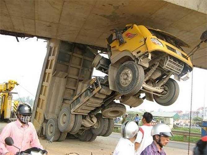 Vụ mắc gầm cầu này xảy ra năm 2010 tại cầu vượt đường Láng – Hòa Lạc thuộc địa phận xã  Đại Mỗ, huyện Từ Liêm, Hà Nội. Cú va chạm làm vỡ một mảng bê tông của dầm cầu vượt, ca bin xe tải bẹp dúm vì đập vào gầm cầu.