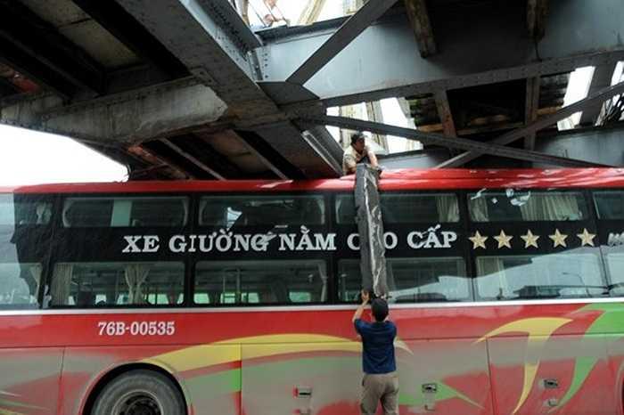 Chiếc xe bus này chở 32 hành khách từ Quảng Ngãi ra Hà Nội du lịch nhân dịp nghỉ lễ 30/4/2014. Khi qua gầm cầu Long Biên, do lái xe không chú ý giới hạn chiều cao của gầm cầu nên đã kẹt lại. Để đưa chiếc xe ra, lái và phụ xe phải tháo hơi các bánh để giảm độ cao của xe.