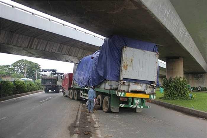 Ngày 18/05/2013 xe kéo rơ-mooc kẹt gầm cầu vượt Quang Trung bắt ngang quốc lộ 1 (quận 12, Tp.HCM) có chiều cao giới hạn cho phép các phương tiện lưu thông chỉ là 4,3m. Tài xế xe tải một phen 'méo mặt' vì mấy lỗi vi phạm liên tiếp trong tình huống này.