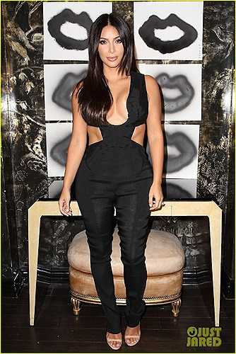 Thế nhưng tại một sự kiện gần đây, người đẹp lại tiếp tục gây sốc khi diện một chiếc jumpsuit 'đúng chất Kim Kardashian'.