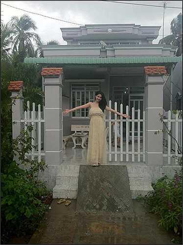 Chụp ảnh trước căn nhà mới xây cho mẹ kế.