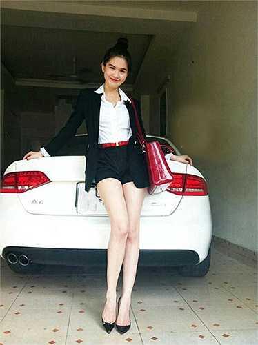 Ngọc Trinh với chiếc xe sang trắng muốt có biệt danh 'Boeing mặt đất' BMW 750 Li.