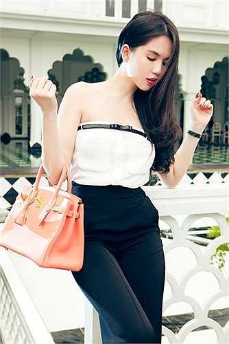 Hiện tại, cô là chủ nhân của 10 chiếc túi Hermes với nhiều sắc màu thời thượng như: cam, trắng, xanh dương, hồng dâu, đỏ, tím, xanh lá…
