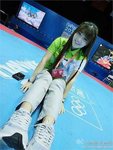 Người đẹp xuất hiện trong những bức ảnh là Ngô Hiểu Thiện, nữ phát thanh viên của các trận đấu taekwondo, trong khuôn khổ Olympic trẻ đang diễn ra tại Nam Kinh, Trung Quốc.