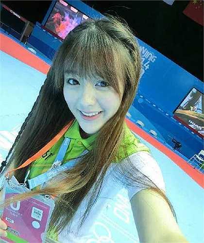 Ngô Hiểu Thiện sinh năm 1993, tại Hợp Phì, Trung Quốc. Cô đang theo học tại trường Đại học truyền thông Nam Canton, Trung Quốc. Phát thanh viên là công việc mà cô tình nguyện làm để tích lũy thêm kinh nghiệm cho nghề nghiệp sau này của mình.