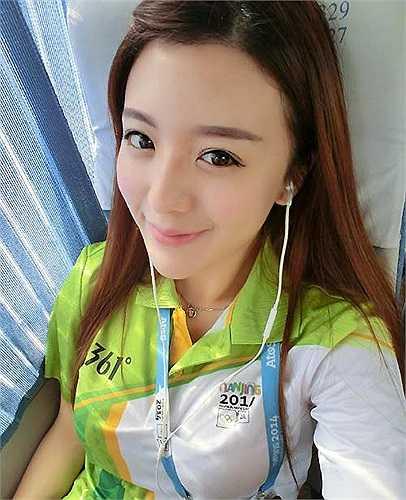 Năm 2013, cô gái trẻ này cũng từng làm phát thanh viên tình nguyện cho Hội thi thể thao trẻ châu Á.