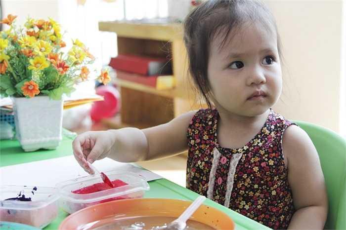 Khoảng 600 phụ huynh và các em học sinh trường mầm non Thần Đồng đã cùng tham gia các trò chơi mang đậm tính giáo dục