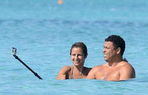 Ronaldo và vợ chưa cưới Paula Morais tình tế ở biển