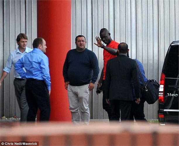 Balotelli gây sốt khi chuyển tới thi đấu cho Liverpool