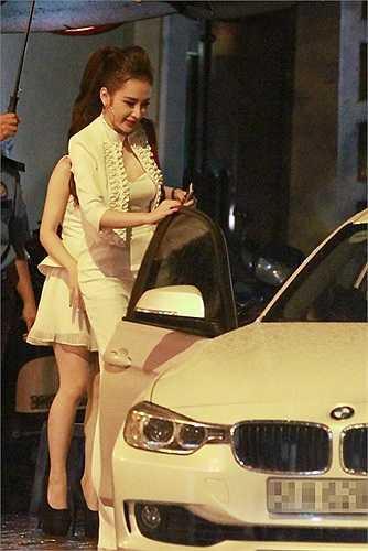 Cả ba mẹ con nhà Angela Phương Trinh thu hút mọi sự chú ý khi cùng nhau diện đồ trắng đi mừng sinh nhật cô em gái Phương Trang.