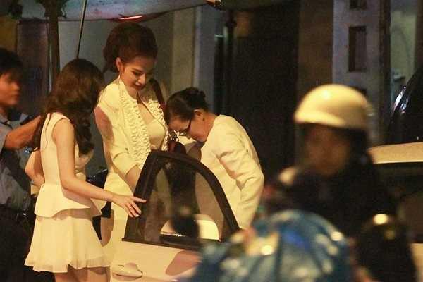 Angela Phương Trinh đã cùng mẹ đi ăn mừng sinh nhật em gái Phương Trang tại một nhà hàng ở TP.HCM