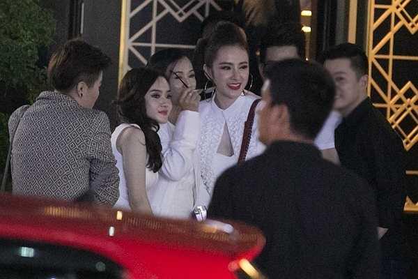 Đây là lần hiếm hoi Angela Phương Trinh đưa mẹ đi bar vào lúc nửa đêm