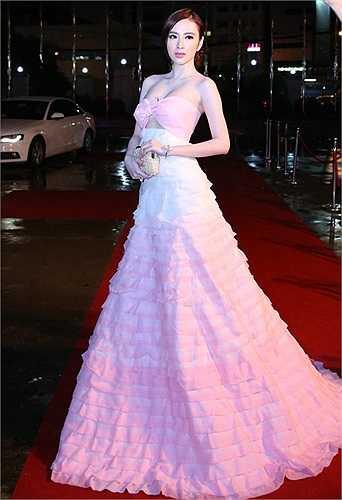 Từ sau khi lựa chọn hình ảnh sexy, Angela Phương Trinh đổi đời trở thành mỹ nhân 'chịu chi' nhất trong khoản váy áo và xe sang.