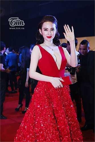 Váy áo của Angela Phương Trinh trên thảm đỏ luôn cầu kỳ, nhiều chi tiết cắt xẻ táo bạo