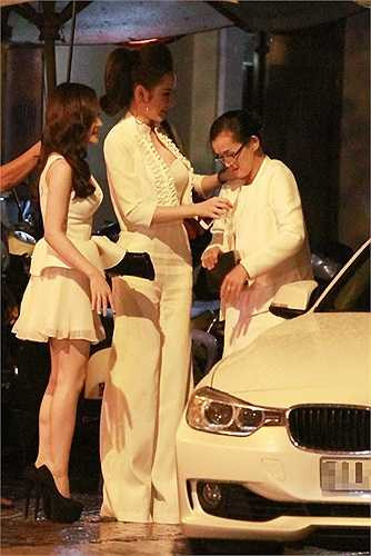 Không chỉ riêng Angela Phương Trinh mà cả mẹ và Phương Trang cũng rất chú ý đến trang phục mỗi khi ra đường.