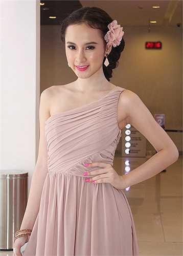 Cho dù vậy, Angela Phương Trinh vẫn là một trong số ít những mỹ nhân được săn đón nhiều nhất showbiz.