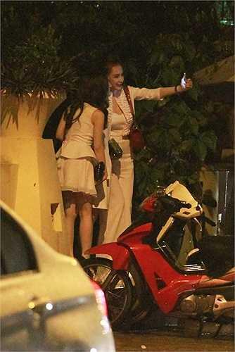 Angela Phương Trinh xuất hiện nổi bật tại một nhà hàng...