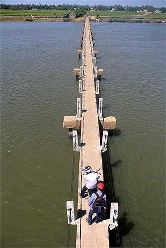 Cầu Máng được xây dựng từ năm 1985, bắc qua sông Trường Giang, dài hơn 300 m với mục đích ban đầu là đường dẫn nước phục vụ cho nông nghiệp. Sau đó do địa bàn xã Tam Tiến bị ngăn cách nên người dân dùng để đi lại và cái tên cầu Máng hình thành.