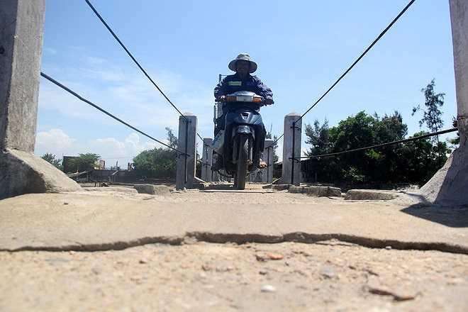Bà Trần Thị Tuyết (49 tuổi, thôn Tiến Thành, Tam Tiến) cho biết: 'Do làm trụ đỡ cho lan can nên trên cầu xuất hiện nhiều 'con lươn' nổi lên khiến cho việc chạy xe máy càng gặp khó khăn hơn, xe chạy qua vấp phải những 'con lươn' này dễ mất thăng bằng và rơi xuống sông hơn'.