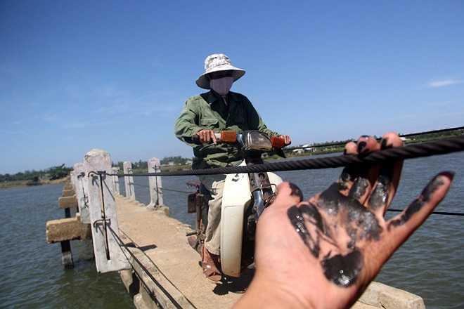 Ngoài ra để chống bị hoen rỉ, dây cáp còn được bôi dầu nhớt nên khi bị ngã xe víu phải dây cáp cũng rất dễ bị trơn, té xuống sông.