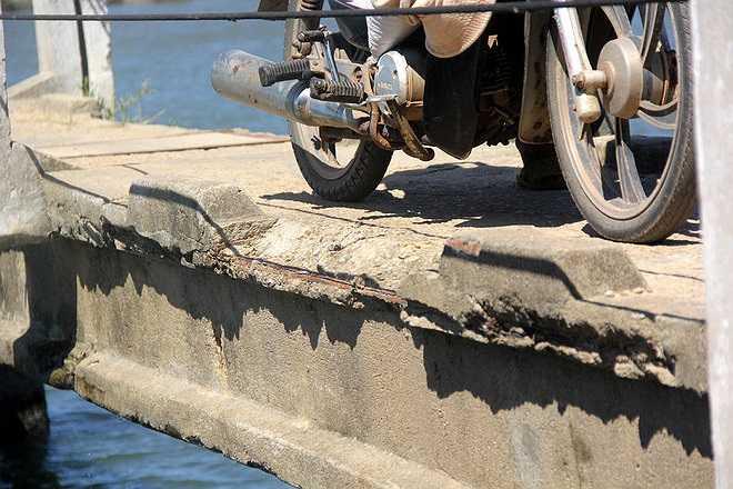 Được xây dựng gần 30 năm nên nhiều bộ phận của cầu xuống cấp trầm trọng. Phần giữa cầu được thiết kế kéo lên để cho tàu thuyền qua lại nhưng phần thép đã bị mục nát.